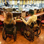 椅子を移動させて車椅子でカウンター席ご利用も可能!