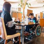 車椅子でも椅子を移動させて席に着くことができます。