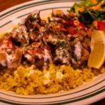 チキンオーバーライスはアメリカニューヨークの定番メニュー!数種類のスパイスで味付けしたチキンをたっぷりとのせ、ホワイトソースをかけた一品。